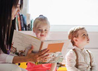 Opiekun dzieci pilnuje i uczy maluchy