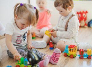 troje dzieci bawi się w klubie dziecięcym