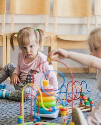 dwoje dzieci bawi się w klubiku dziecięcym